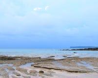 Голубое небо с облаками и морской водой штиля на море на скалистом и песчаный пляж - Seascape естественной предпосылки - Sitapur, стоковое фото