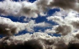 Голубое небо с облаками стоковые изображения