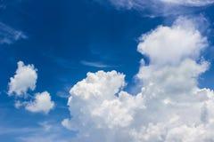 Голубое небо с облаком кумулюса Стоковая Фотография