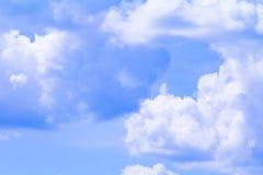 Голубое небо с облаком ярким, искусство природы красивое и космос экземпляра для добавляют текст стоковое фото