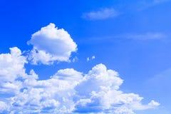 Голубое небо с облаком ярким, искусство природы красивое и космос экземпляра для добавляют текст стоковая фотография