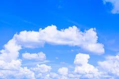 Голубое небо с облаком ярким, искусство природы красивое и космос экземпляра для добавляют текст стоковое изображение rf