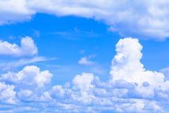Голубое небо с облаком ярким, искусство природы красивое и космос экземпляра для добавляют текст стоковое изображение