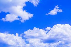 Голубое небо с облаком ярким, искусство природы красивое и космос экземпляра для добавляют текст стоковые фото