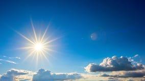 Голубое небо с ярким солнцем стоковое изображение