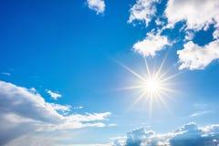 Голубое небо с ярким солнцем стоковая фотография rf
