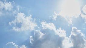 Голубое небо с cottony облаками стоковые фотографии rf