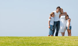 голубое небо травы семьи вниз Стоковые Изображения