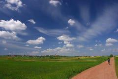 голубое небо трассы гравия cyklist Стоковая Фотография RF