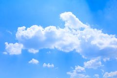 Голубое небо яркое и большое облако красивое, искусство природы с космосом экземпляра для добавляют текст стоковые фотографии rf