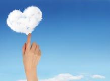 голубое облако вручает сердце держа форменное небо Стоковые Фотографии RF