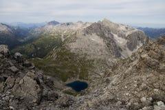 Голубое озеро горы сверху стоковое фото