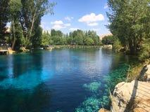 Голубое озеро и голубое небо Стоковая Фотография RF