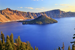 голубое отражение Орегона утра озера кратера Стоковое фото RF