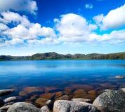 голубое пасмурное небо озера idill вниз Стоковая Фотография RF