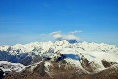 голубое пасмурное небо панорамы горы Стоковое Фото