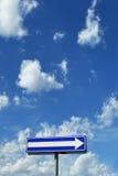 голубое пасмурное небо указателя направления вниз Стоковая Фотография RF