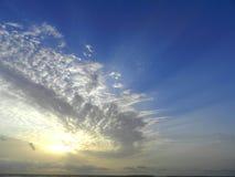 Голубое пасмурное солнечное небо вечера стоковая фотография rf