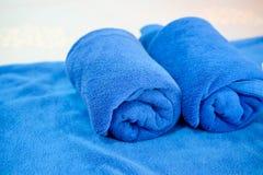 Голубое полотенце на кровати в роскошной гостинице стоковое фото rf