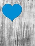 Голубое сердце высекло в деревянной доске Справочная информация Стоковое Изображение