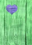 Голубое сердце высекло в зеленой деревянной доске Справочная информация Стоковое Фото