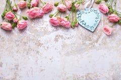Голубое сердце и розовые розы цветут на серым backg текстурированном годом сбора винограда Стоковые Фотографии RF