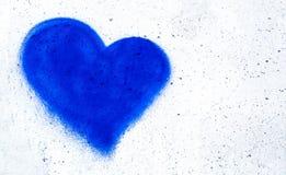 Голубое сердце на бетонной стене Стоковое Изображение