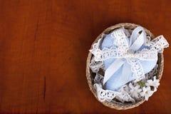 Голубое сердце на деревянной предпосылке Стоковые Изображения RF