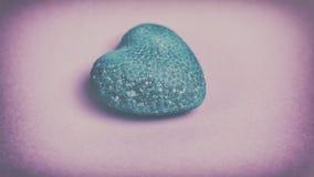 Голубое сердце на розовой предпосылке Винтаж Стоковая Фотография