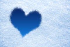 Голубое сердце от льда на предпосылке снежка Стоковая Фотография