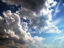 голубое солнце неба лучей облаков Различная глубина цвета и тени стоковые фотографии rf