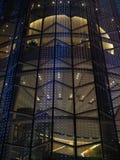 Голубое украшение СИД moving светлое на угле здания зеркала, на ноче Стоковые Фотографии RF