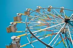 голубое ясное колесо неба ferris стоковое изображение