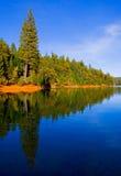 голубое ясное отражение озера Стоковые Фотографии RF
