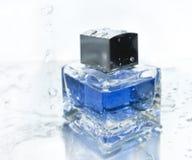 голубое parfume бутылки Стоковые Фото