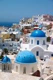 голубое santorini острова куполка церков Стоковое Изображение RF