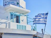 Голубой балкон греческой харчевни с развевать флага Kos, южный Ae стоковые фото