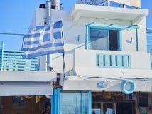 Голубой балкон греческой харчевни с развевать флага Kos, южный Ae стоковая фотография rf