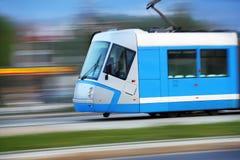 голубой быстрый трам всадника рельсов Стоковая Фотография RF