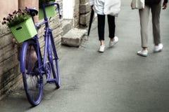 Голубой велосипед стоя на тротуаре европейского города снова стоковое изображение rf