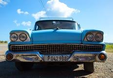 Голубой винтажный автомобиль в Кубе стоковые изображения rf
