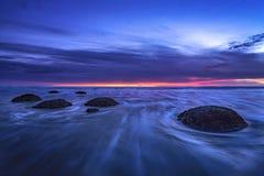 Голубой восход солнца на валунах Moeraki, Otago часа, южный остров, Новая Зеландия Стоковое Фото