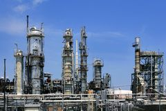 голубой горизонт неба масла металла установки индустрии Стоковая Фотография