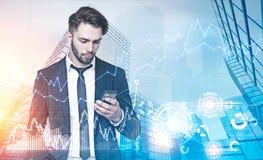 Голубой город, человек с smartphone, диаграммы, HUD Стоковая Фотография