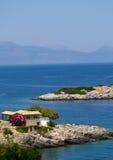 голубой греческий взгляд моря острова дома Стоковая Фотография