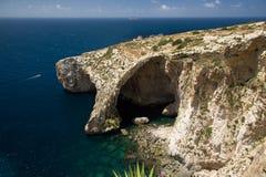 Голубой грот, известные горные породы и привлекательность пещер на береге моря Мальты Стоковые Изображения