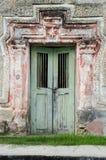 Голубой дверный рам на розовой рамке стоковая фотография rf