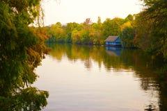 Голубой дом берегом озера Стоковые Фото