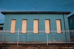 Голубой дом, вдовы закрыл, вероятно покинутый стоковая фотография