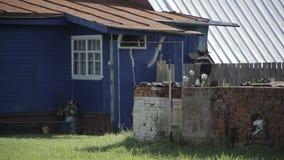 Голубой дом в деревне сток-видео
